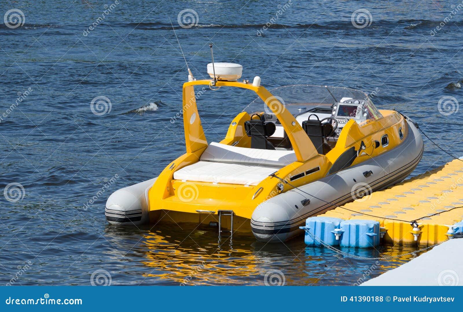 un petit bateau gonflable photos stock inscription gratuite. Black Bedroom Furniture Sets. Home Design Ideas