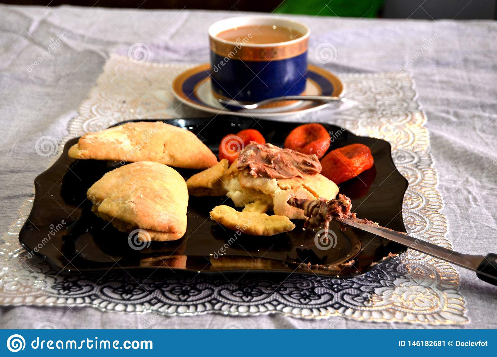 Un petit déjeuner des tartes et du café de lait caillé