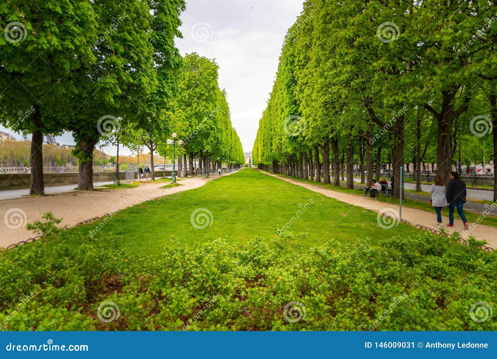 Un petit parc le long de la Seine à Paris, France