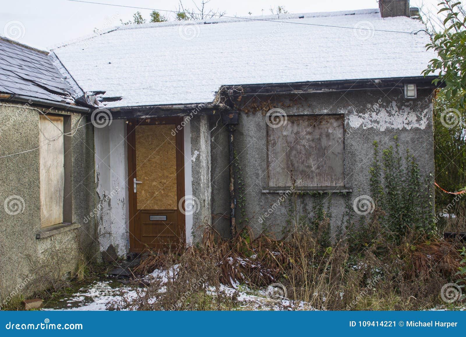Un petit pavillon isolé dans les ruines dans le comté de Bangor vers le bas qui a été inoccupé et abandonné depuis de nombreuses