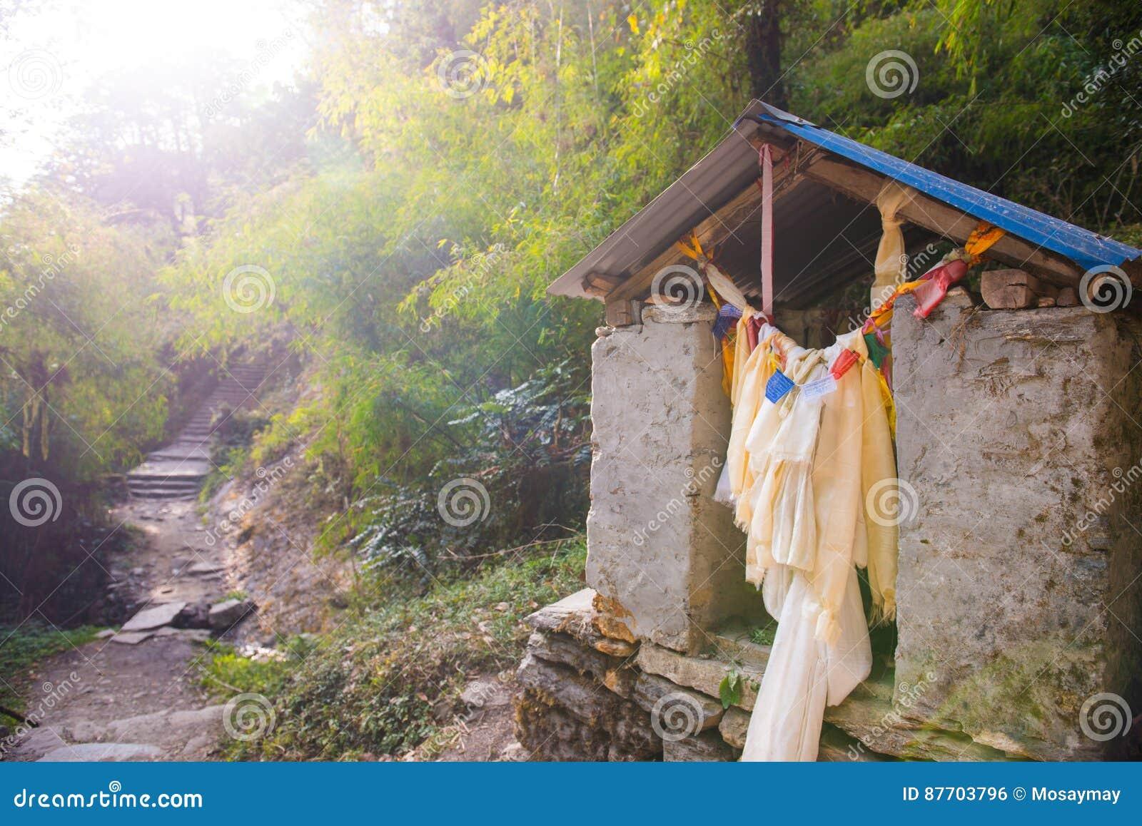 Un petit temple sur le chemin à la montagne au Népal