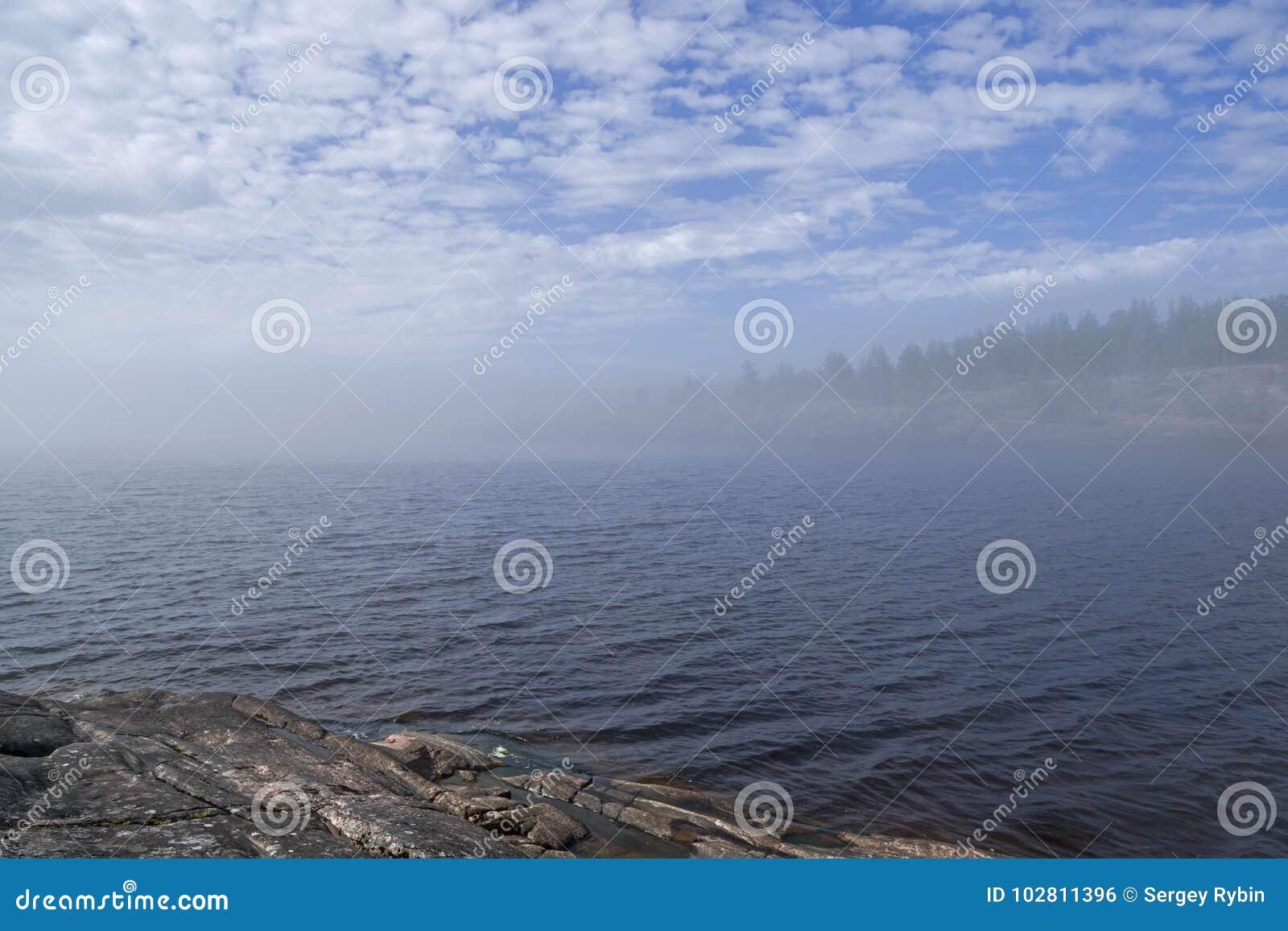 Un phénomène rare de temps - un nuage sur la surface d un lac dessus