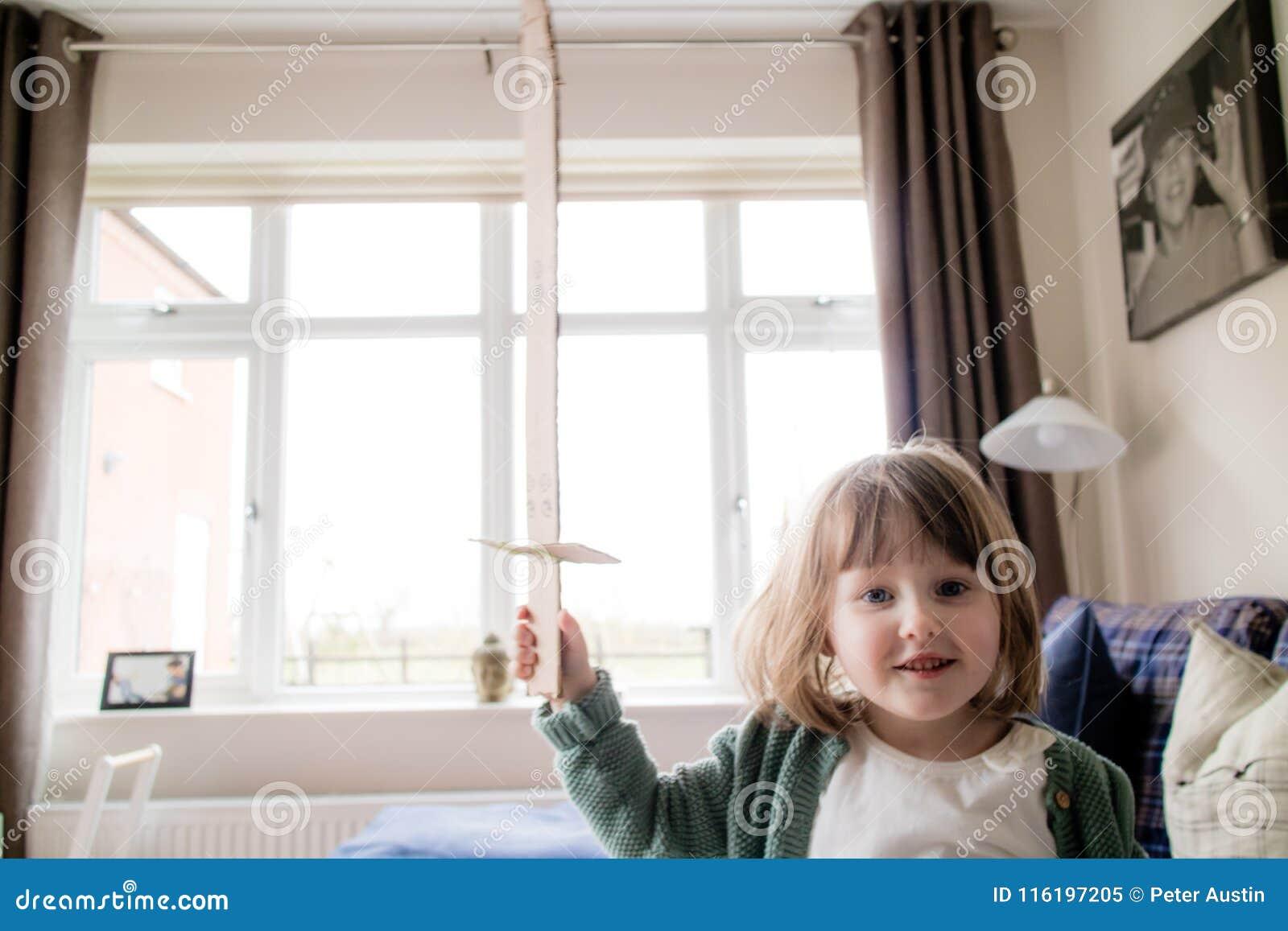 Un piccolo bambino del giovane cavaliere pronto per la battaglia