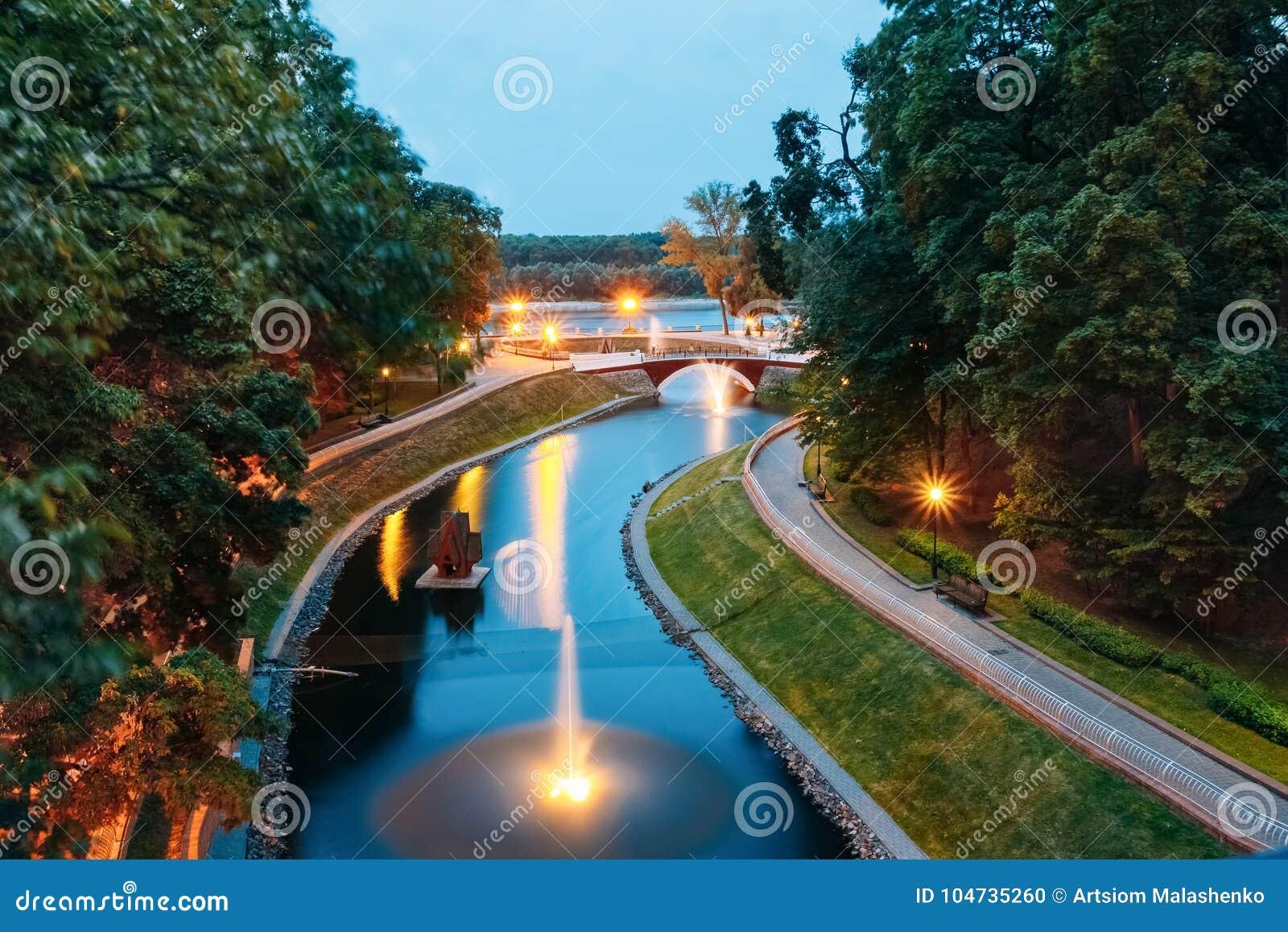 Un piccolo parco con il canale di illuminazione delle lanterne fra