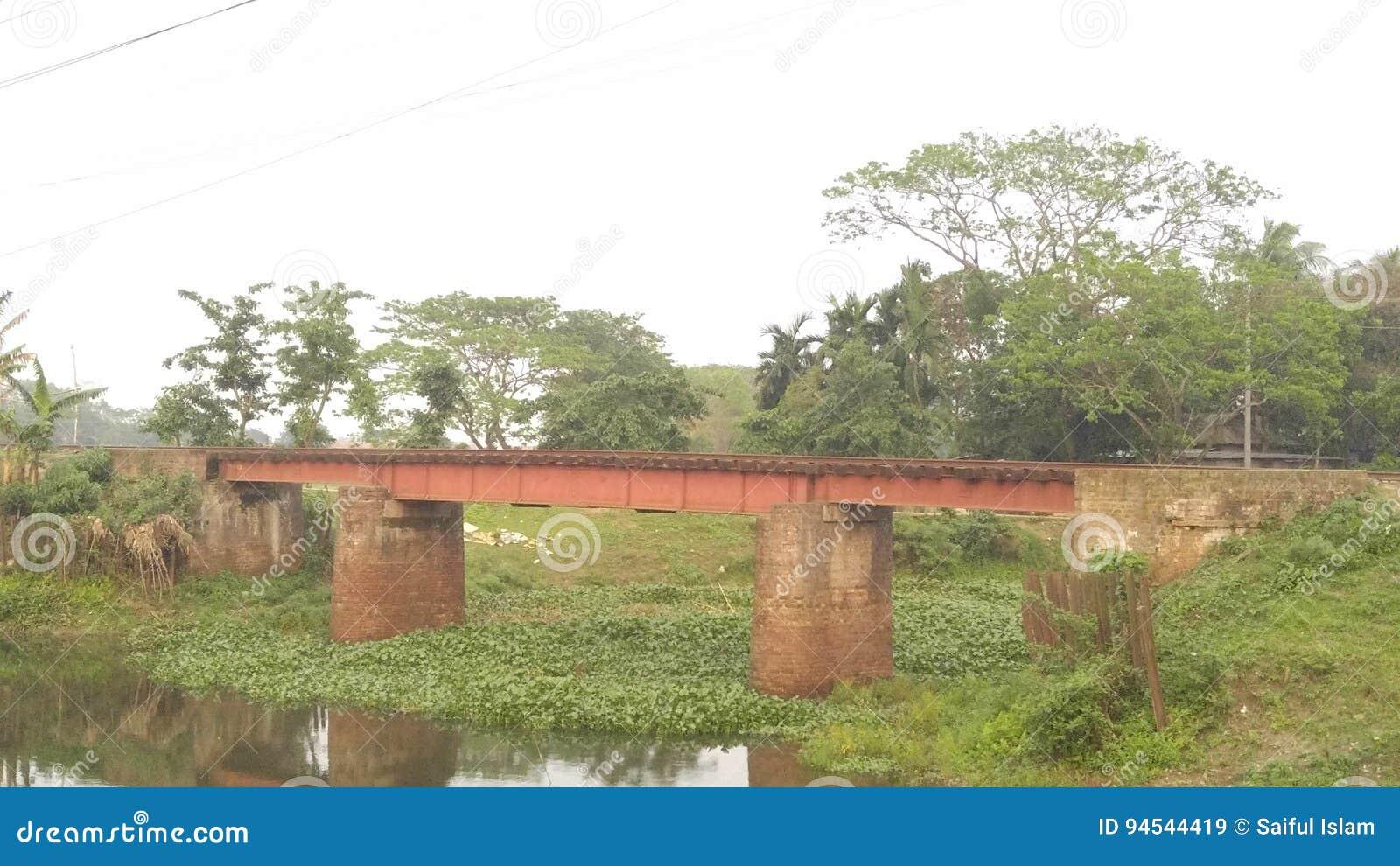 Un piccolo ponte ferroviario
