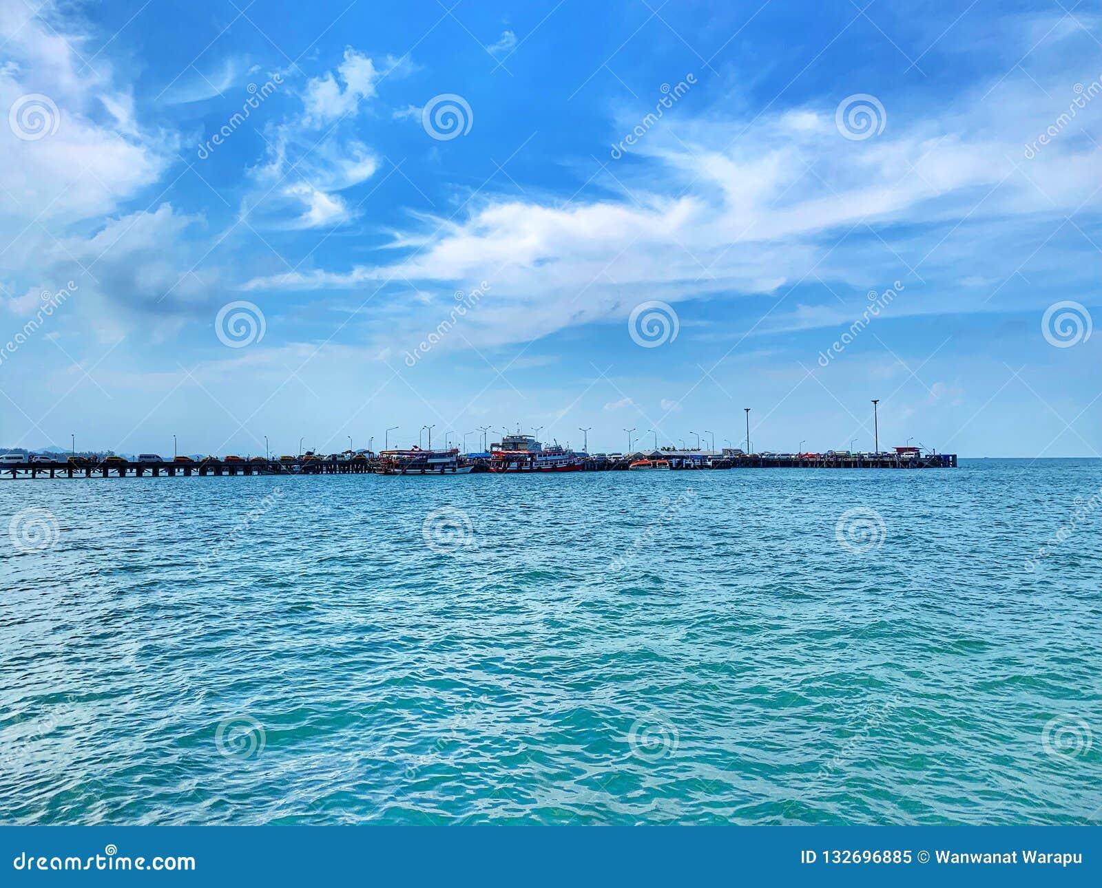 Un pilastro lungo all oceano fra il mare ed il cielo blu blu