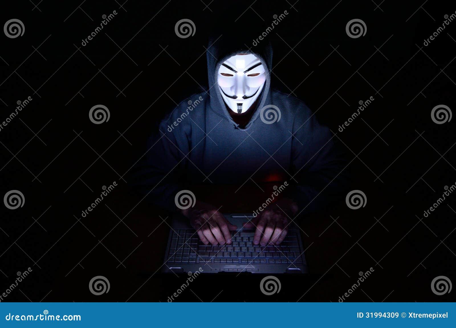 Un pirata informático de ordenador encapuchado