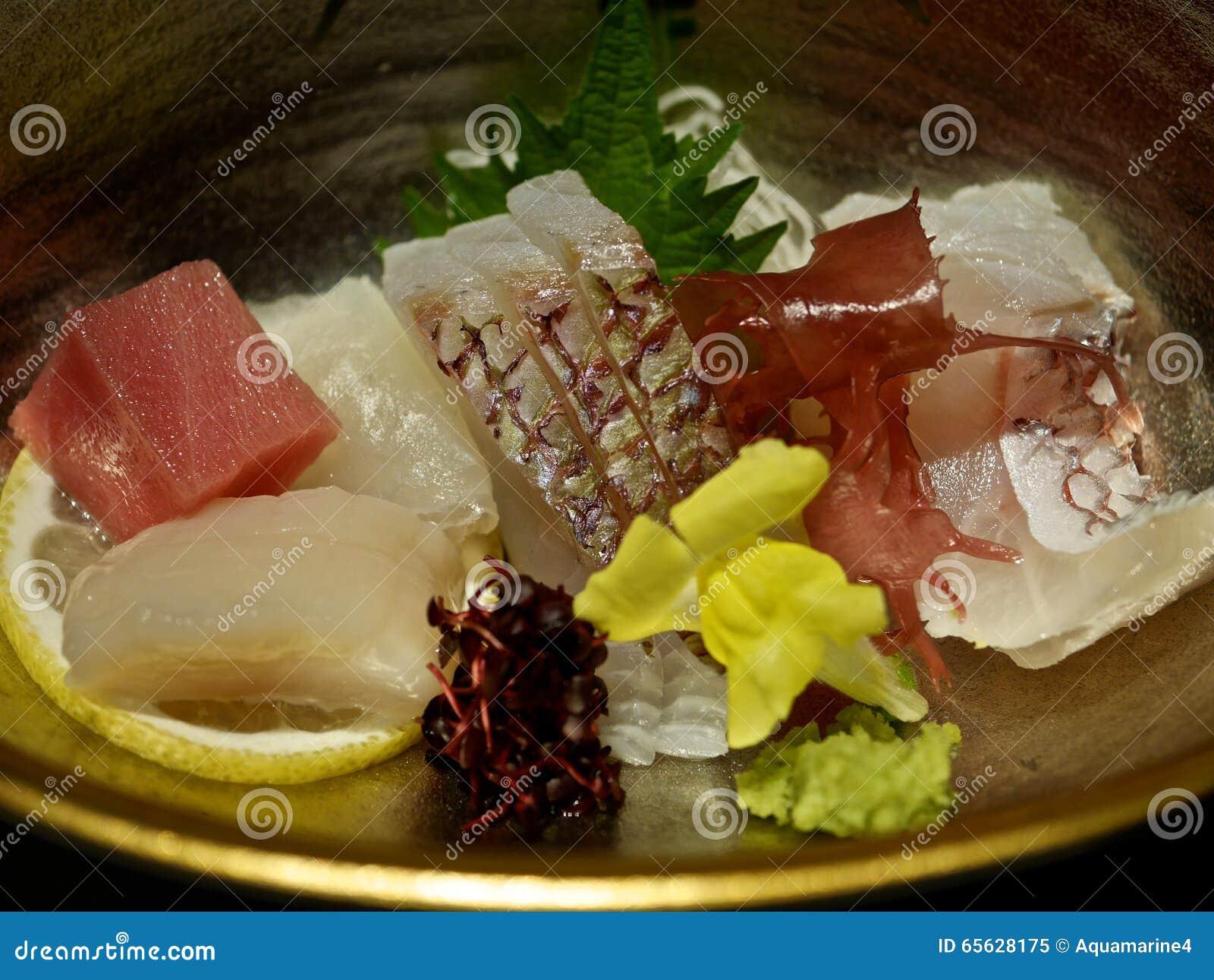 Un plat avec le sashimi et l algue