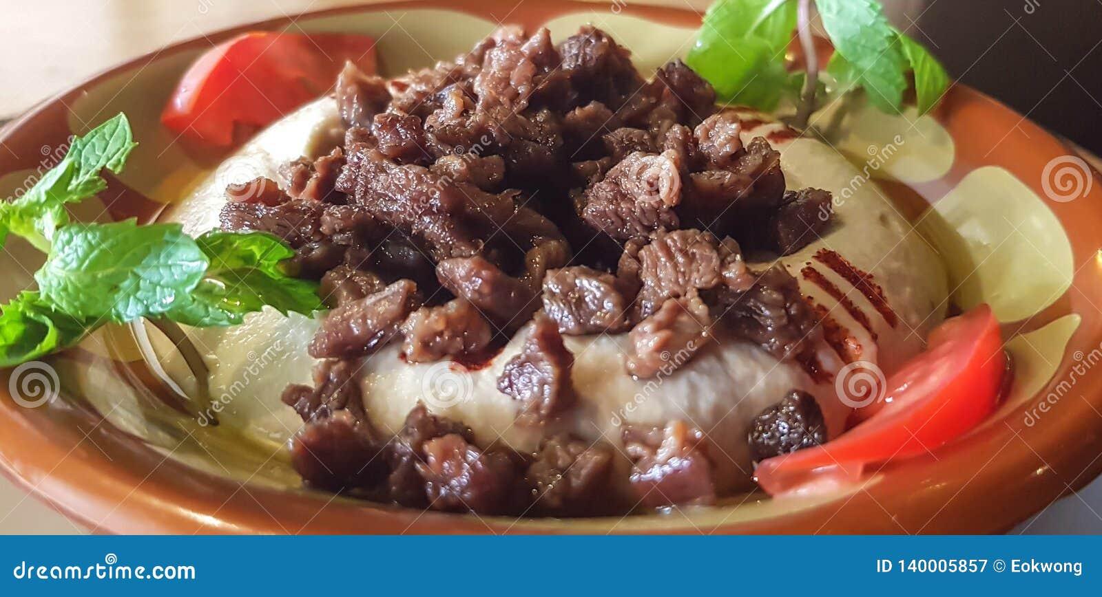 Un plat de houmous avec de la viande et des légumes - nourriture libanaise
