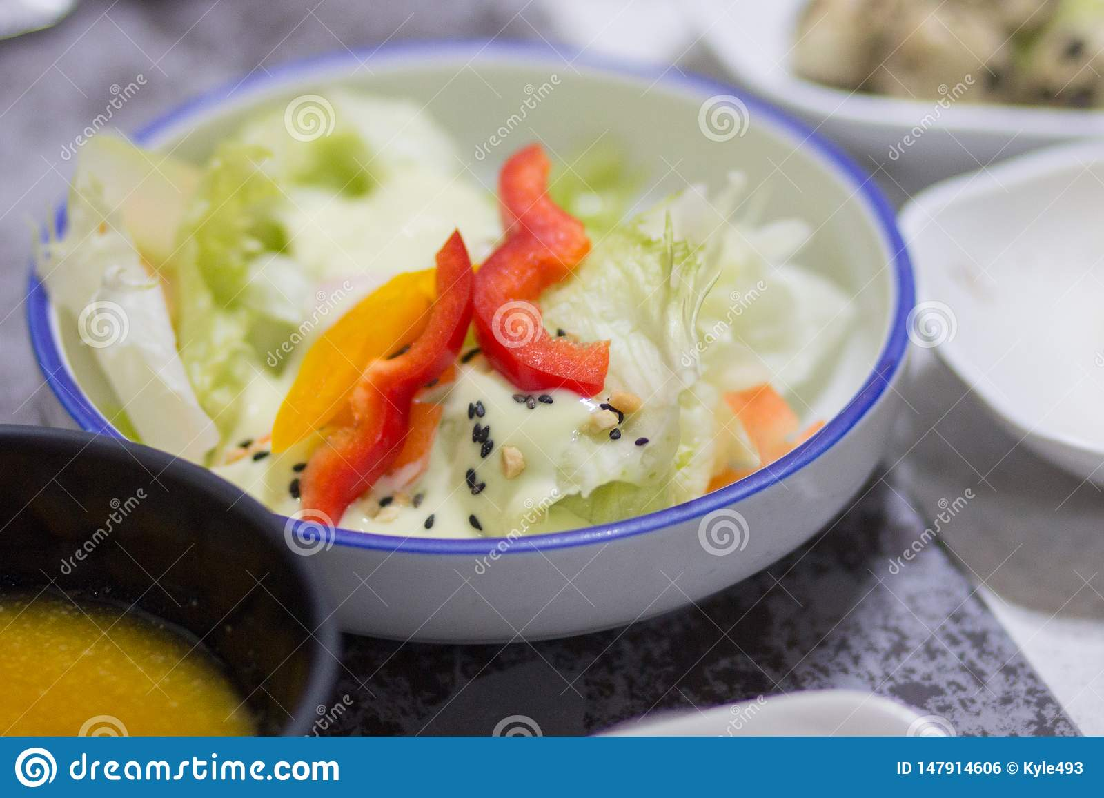 Un plat de salade entre d autres garnitures coréennes