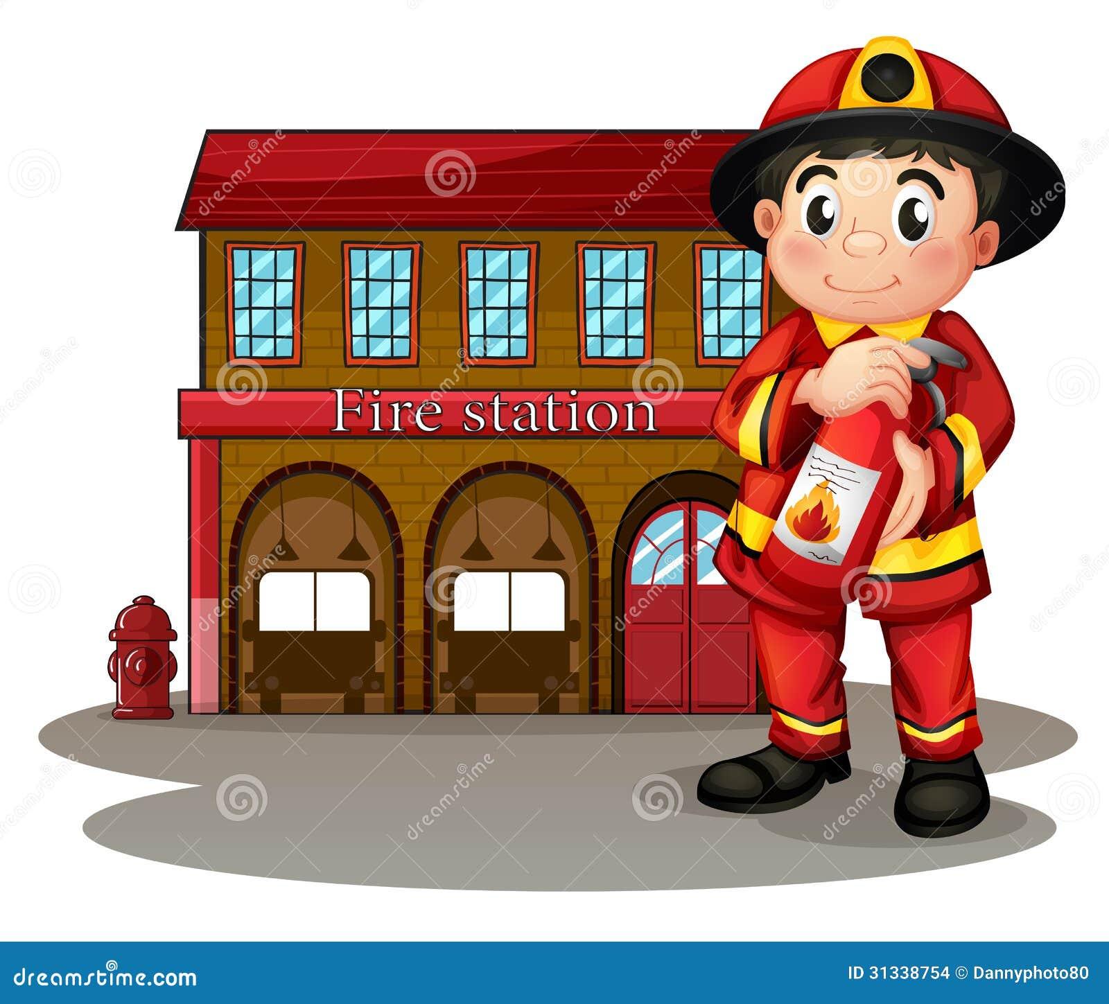 Un pompier devant une caserne de pompiers tenant un extincteur