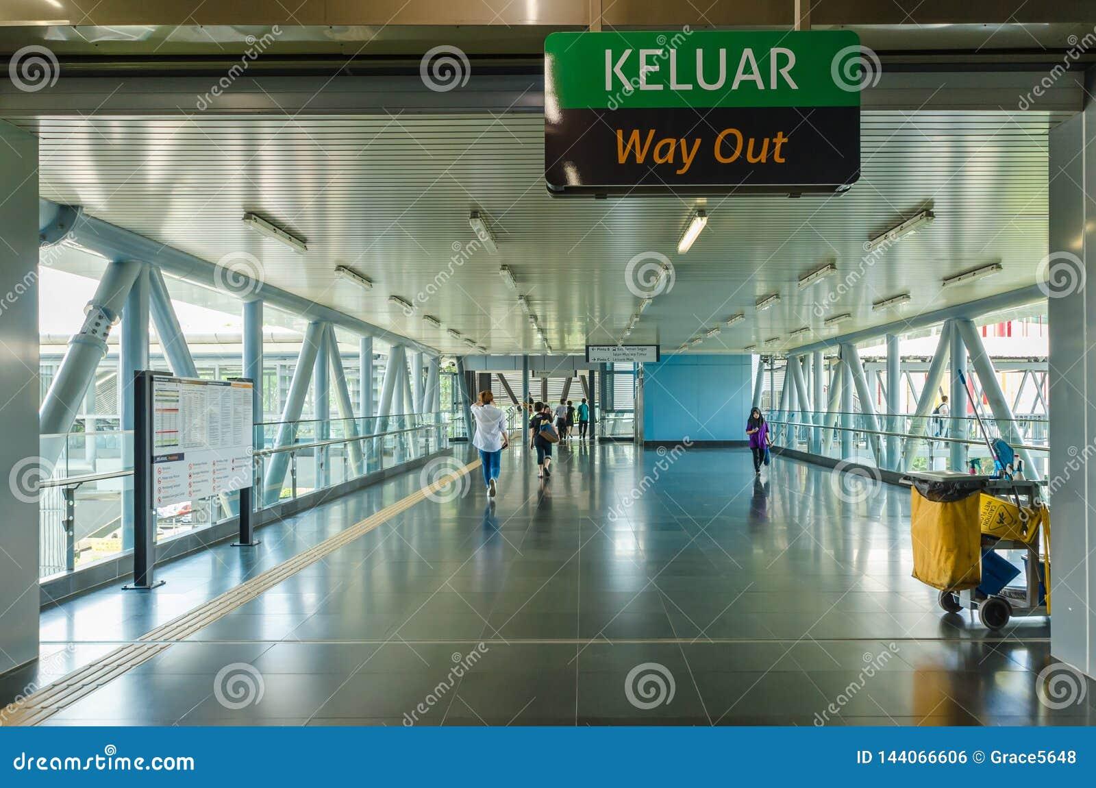 Un pont de lien relie le mail de loisirs de Cheras directement à la station de Taman Mutiara Les gens peuvent marche vue par le