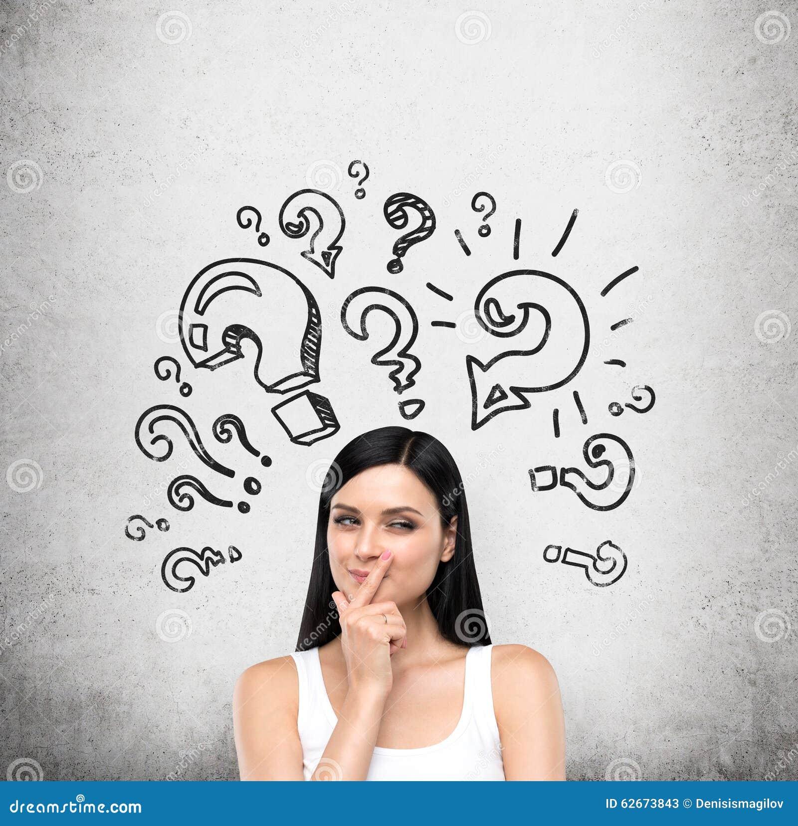 Un portrait d une jeune dame astucieuse de brune qui essaye de découvrir une solution d un certain problème La dame est dans un d