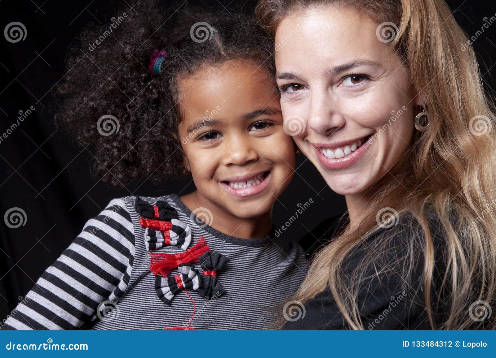 Un portrait de la famille africaine gaie heureuse d isolement sur le fond noir