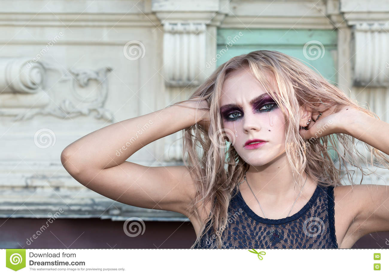 Un portrait gothique de style de mode d une belle fille blonde