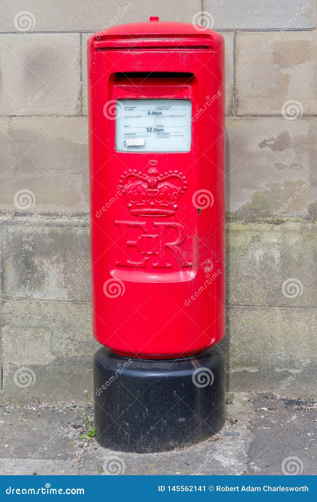 Un Postbox rosso britannico bilingue