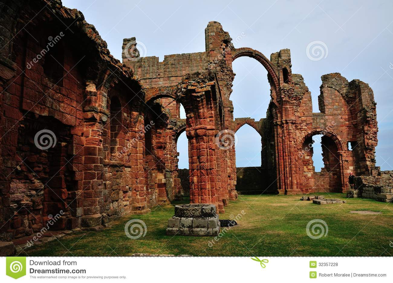 Un prieuré ruiné, montrant une arcade d arc-en-ciel.