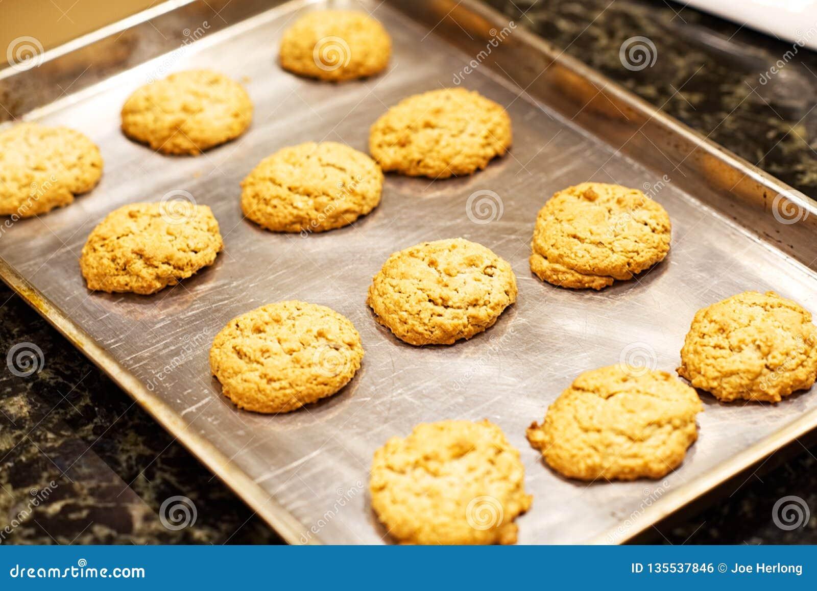 Un primer de una cacerola de galletas de harina de avena hechas en casa con una nuez inglesa en el top