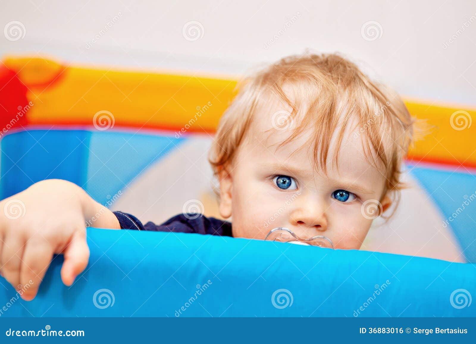 Download Un Primo Piano Di Un Neonato Di Anno Fotografia Stock - Immagine di occhi, figlio: 36883016