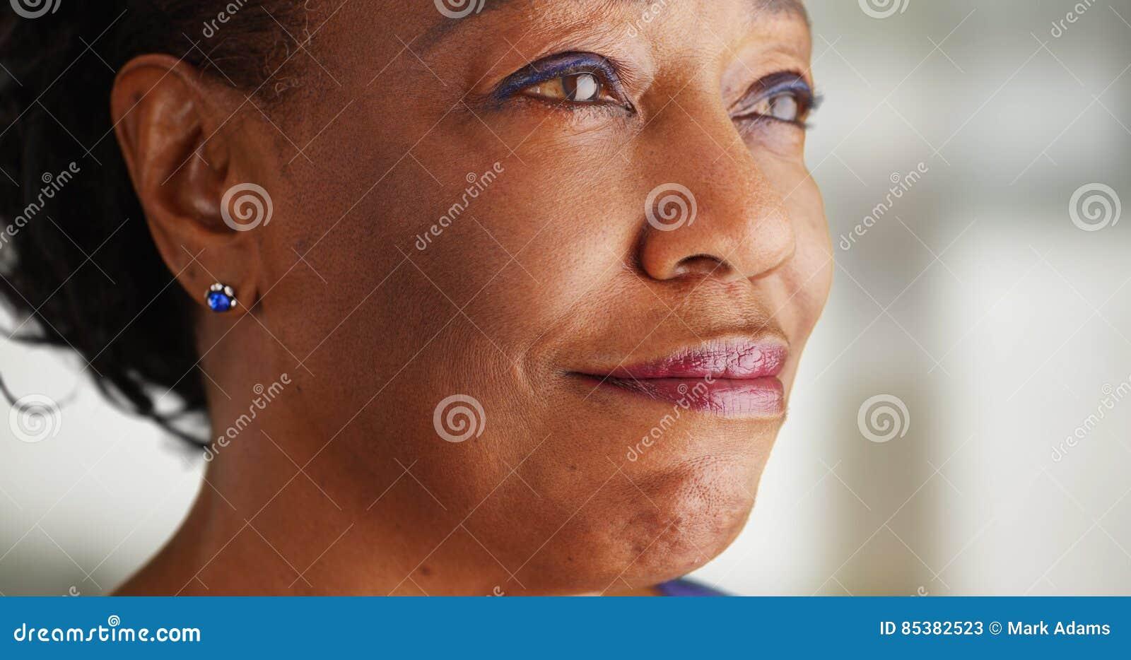 Un primo piano di una donna di colore più anziana che è molto felice