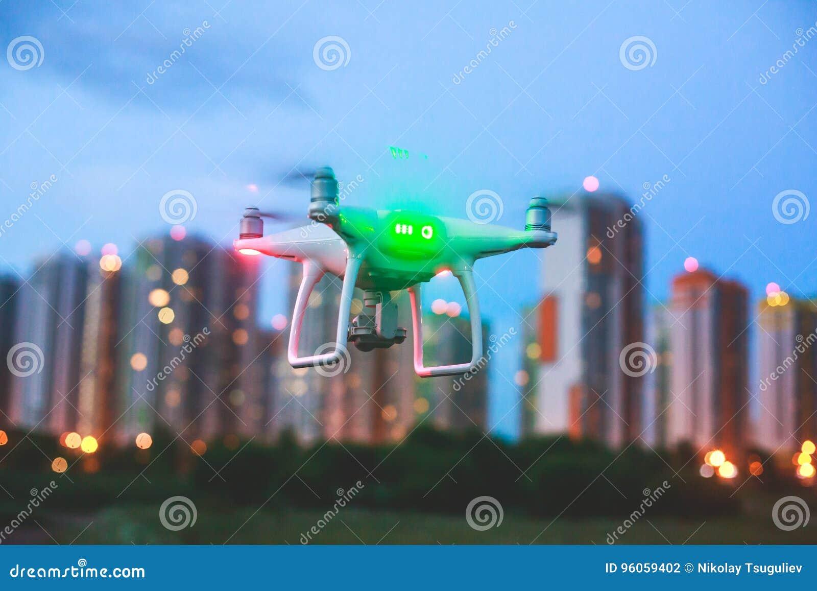 Un processus de lancer le bourdon de quadcopter avec l appareil-photo, opérateur lance UAV de quadcopter, vol aérien téléguidé de