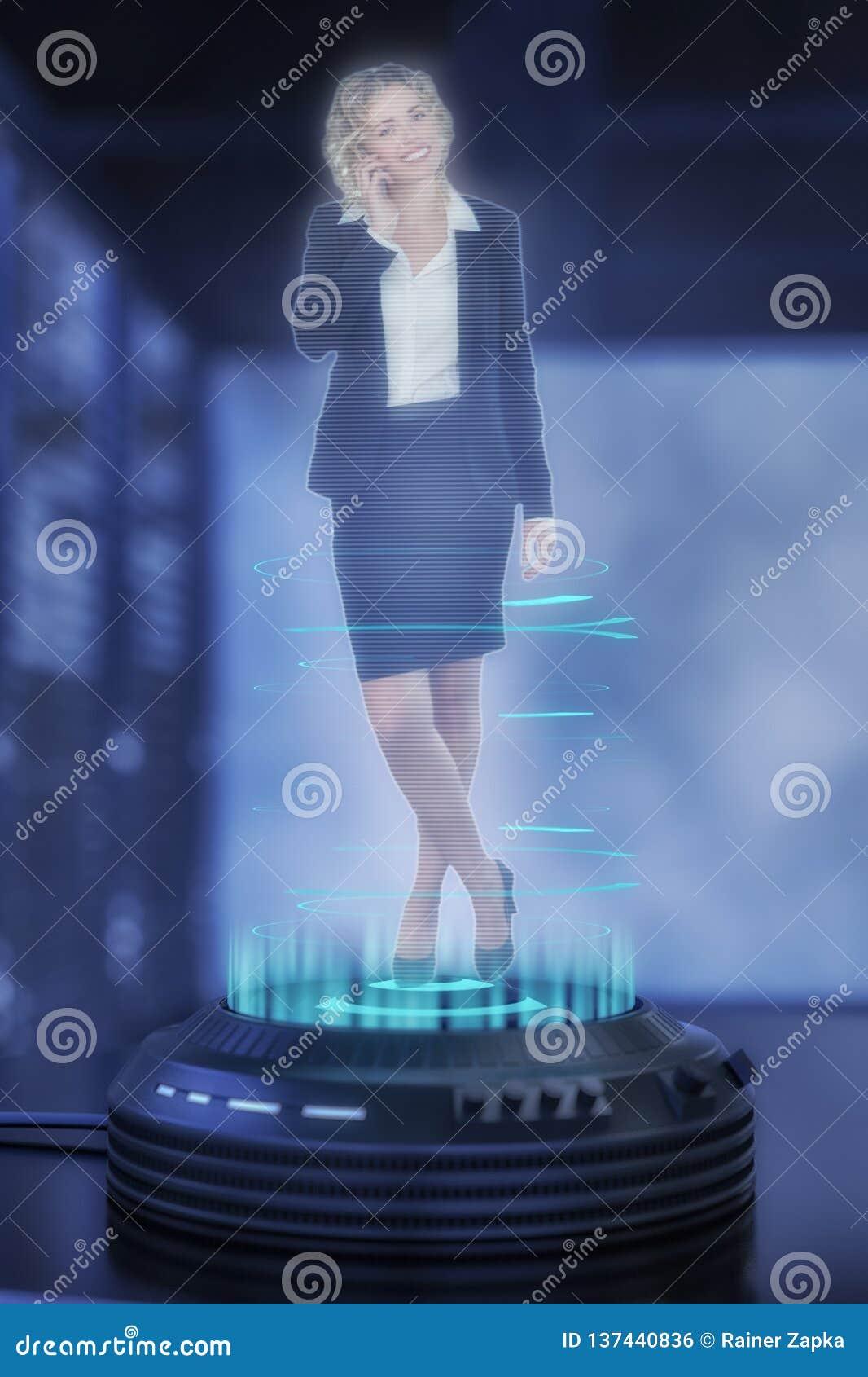 Un proyector del holo proyecta a una mujer de negocios comprensiva