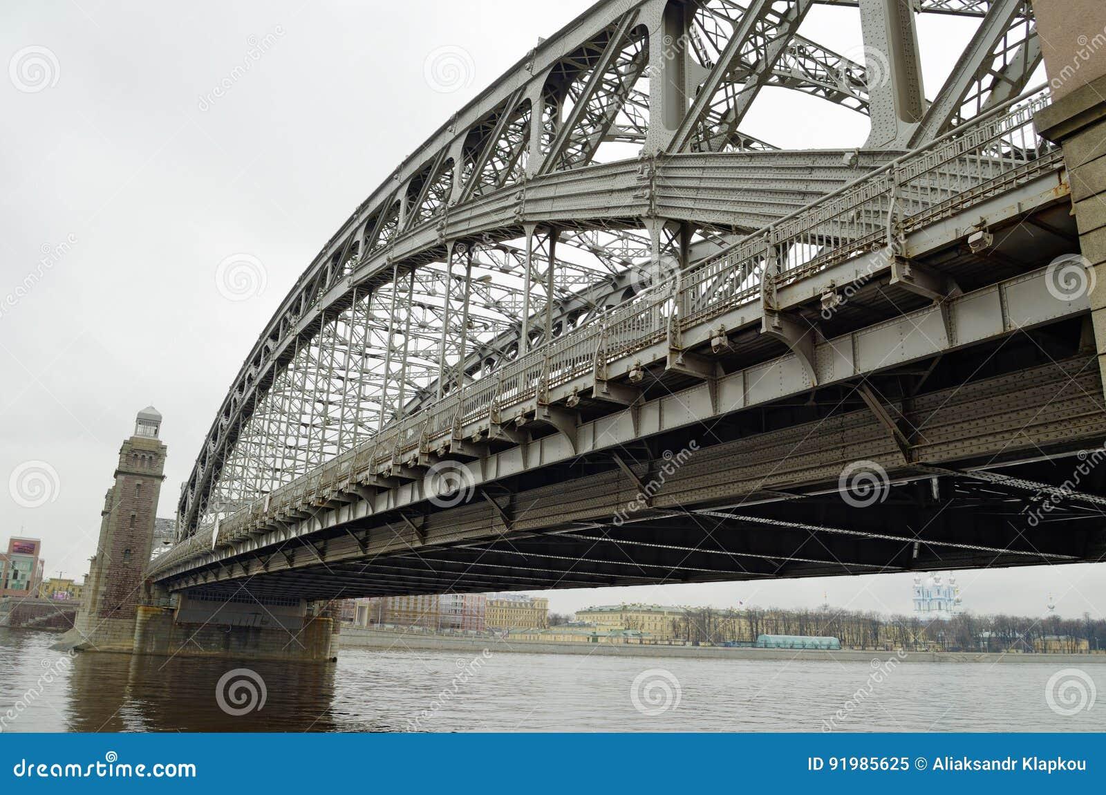 Un puente grande del hierro