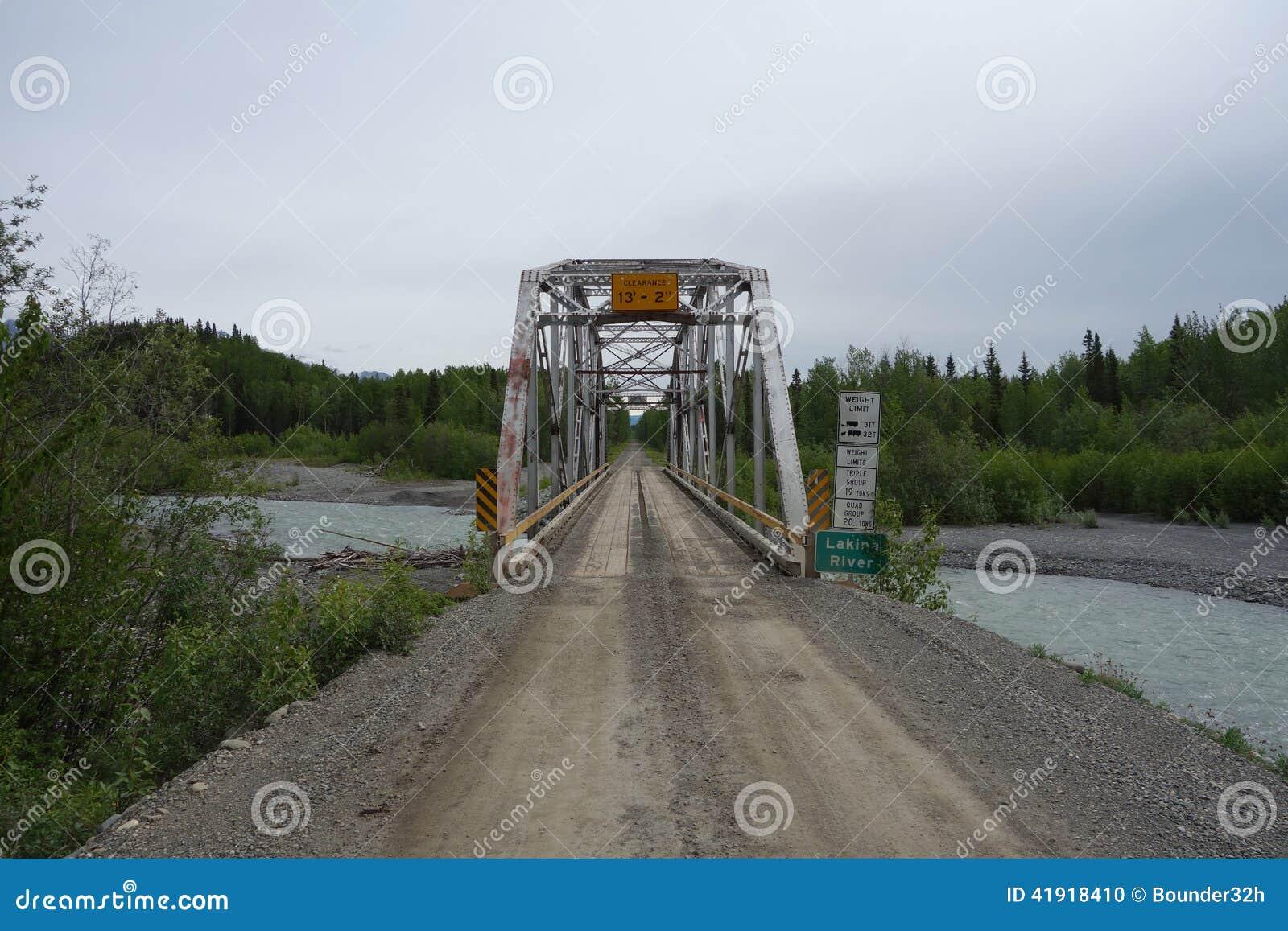 Un puente grande sobre el río Copper