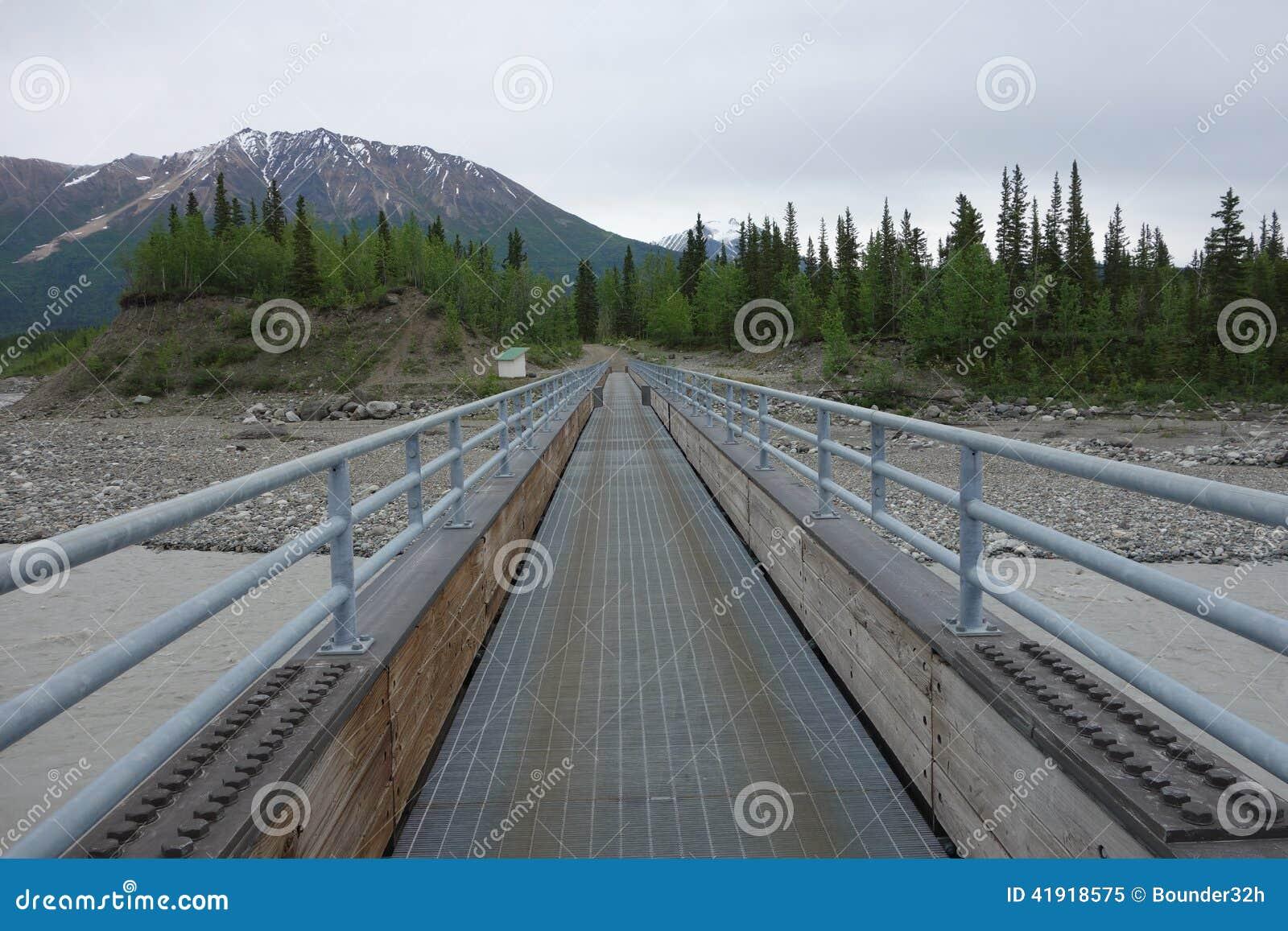 Un puente peatonal grande sobre el río Copper