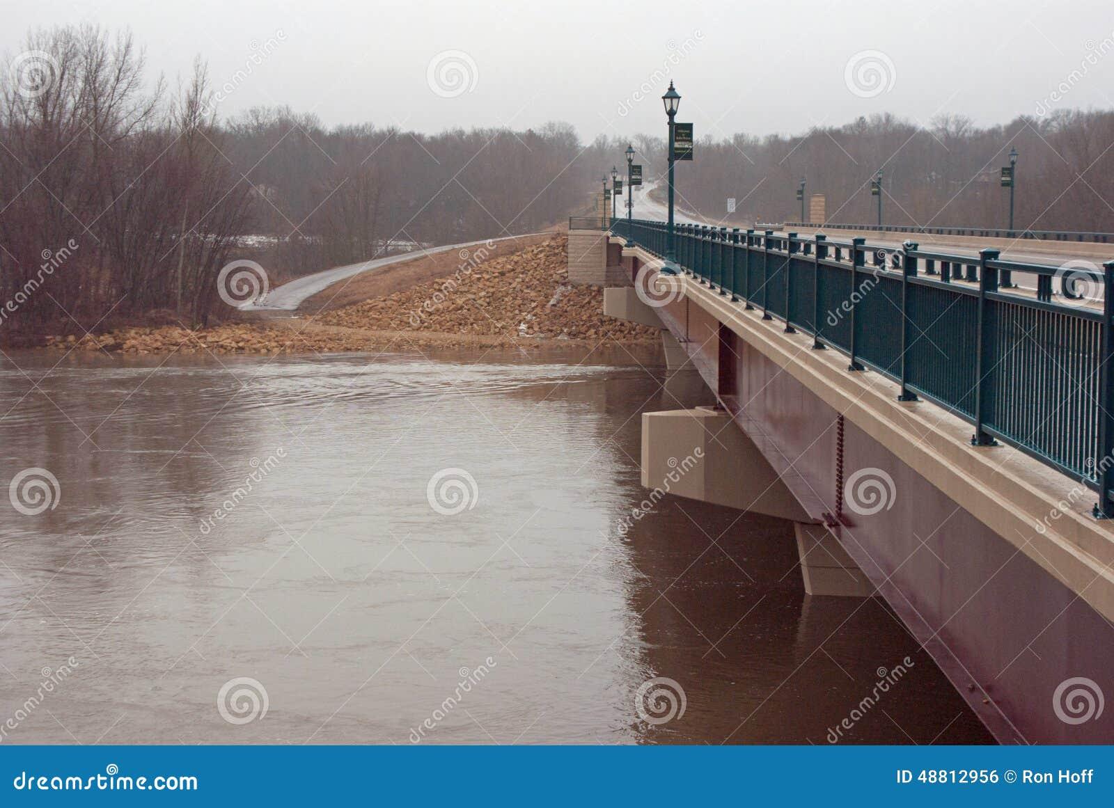 Un puente sobre el río de Minnesota en la etapa de la inundación