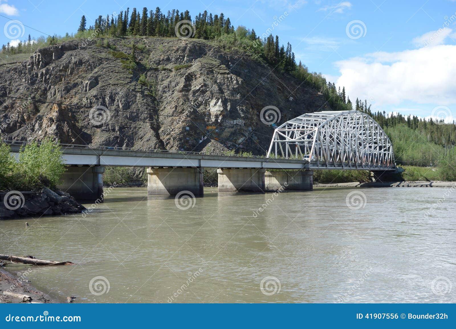 Un puente sobre el río Yukón