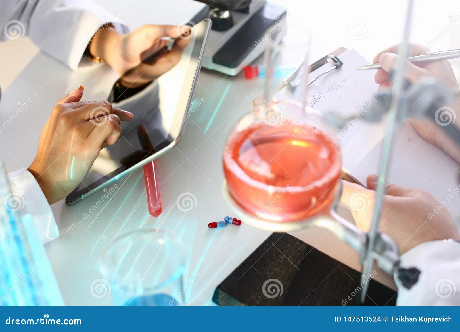 Un qu?mico de sexo masculino sostiene el tubo de ensayo de vidrio