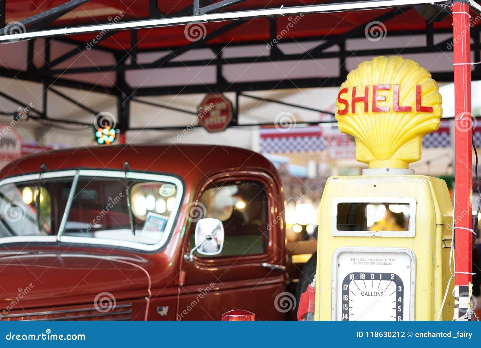 Un rétro camion de collecte rouge tout près la station service de SHELL