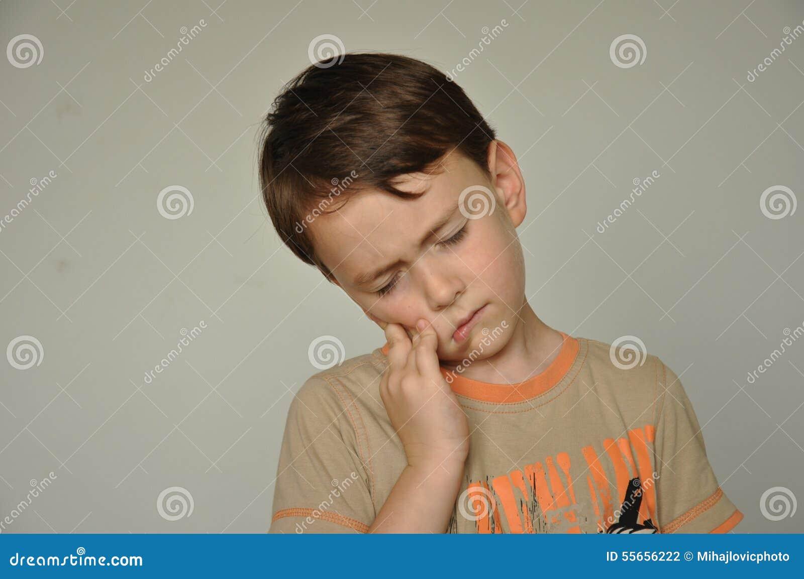 Un ragazzo con un mal di denti