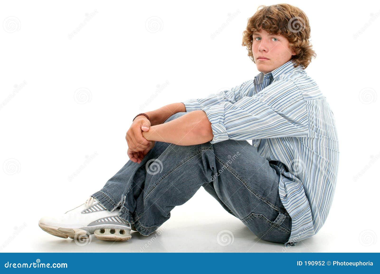 Un ragazzo teenager attraente di sedici anni in vestiti casuali sopra briciolo