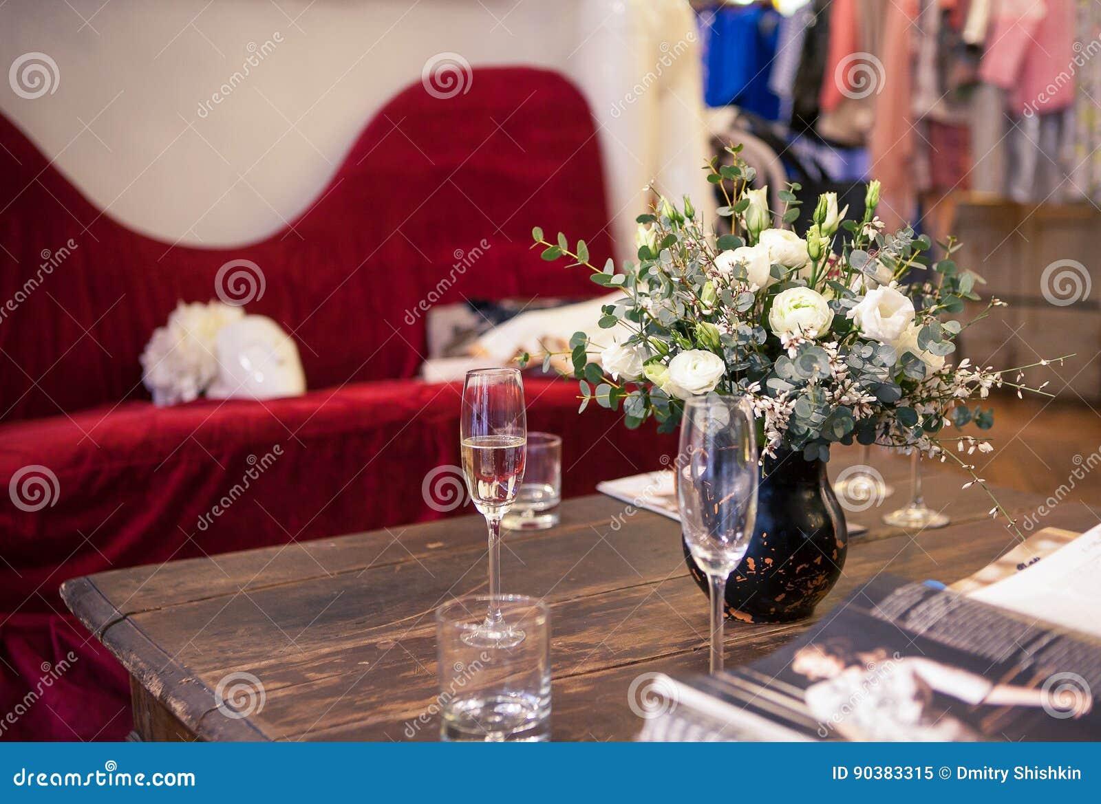 Un ramo de rosas blancas en el interior