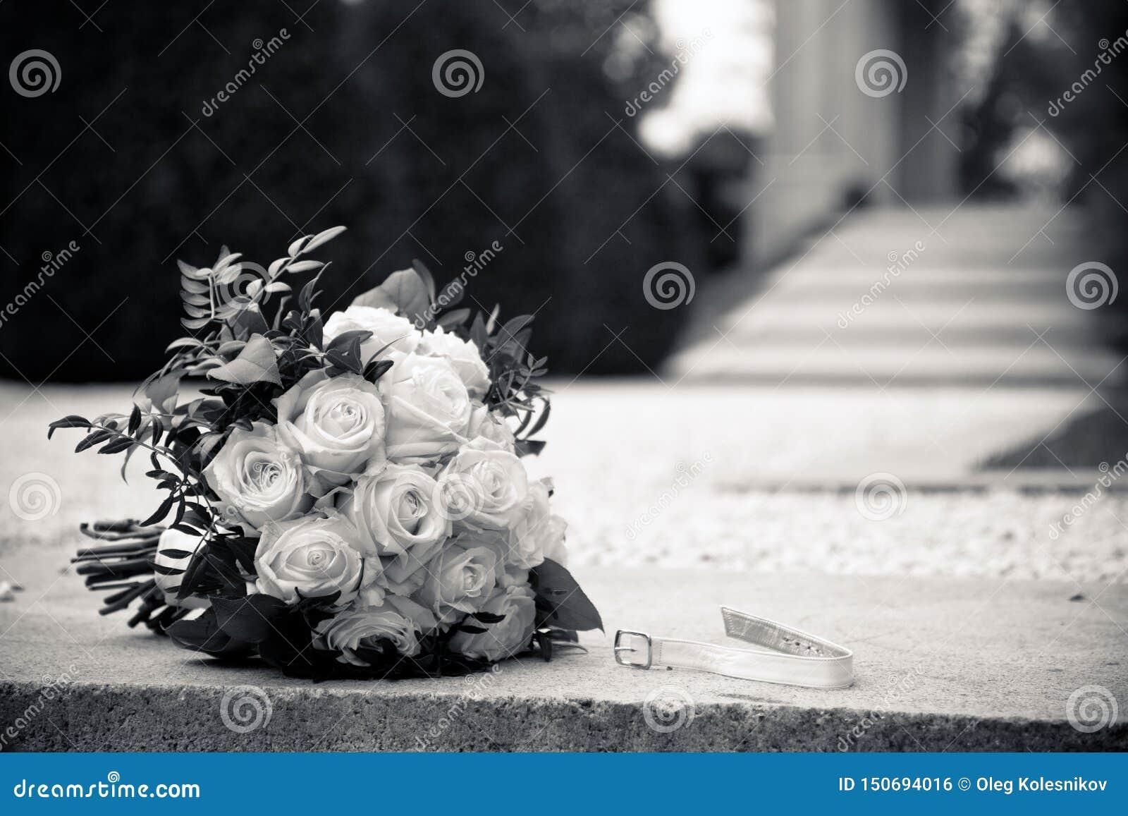Un ramo de rosas blancas en un granito