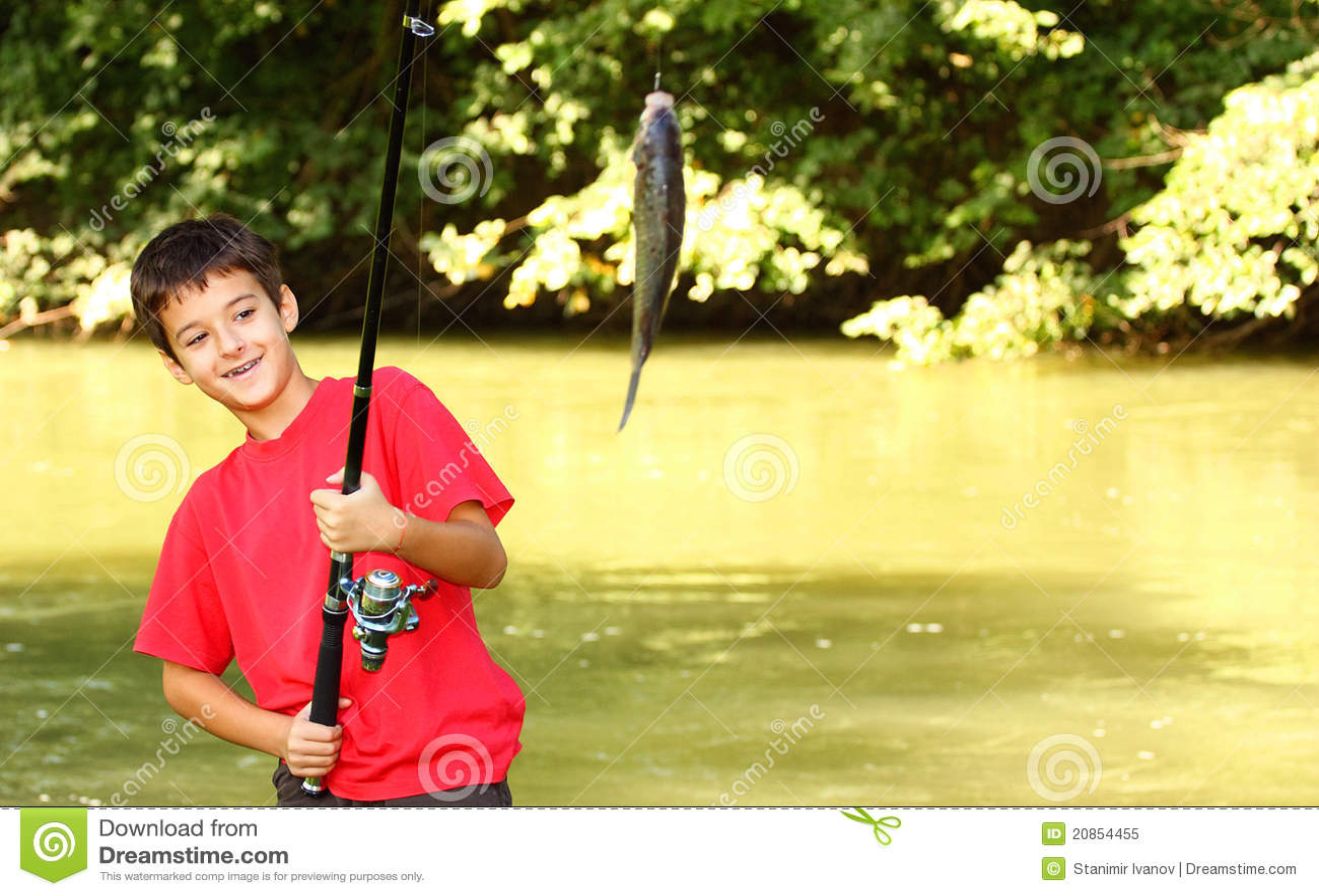 Un retén del muchacho un pescado
