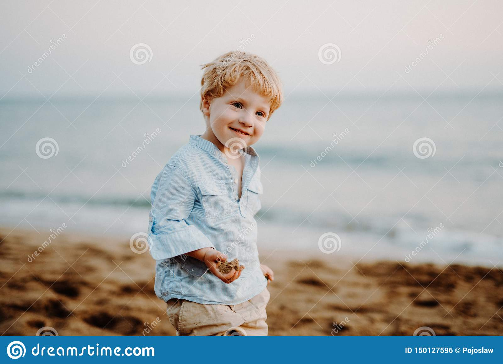 Un retrato de la pequeña situación del niño pequeño en la playa el vacaciones de verano