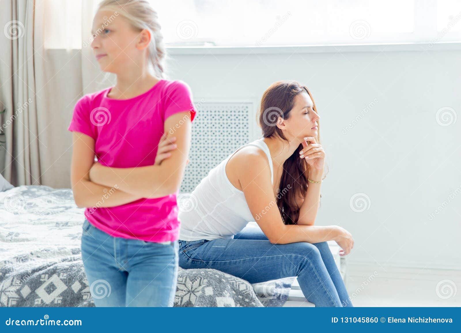 Un retrato de una hija y de una madre que tienen pelea en casa