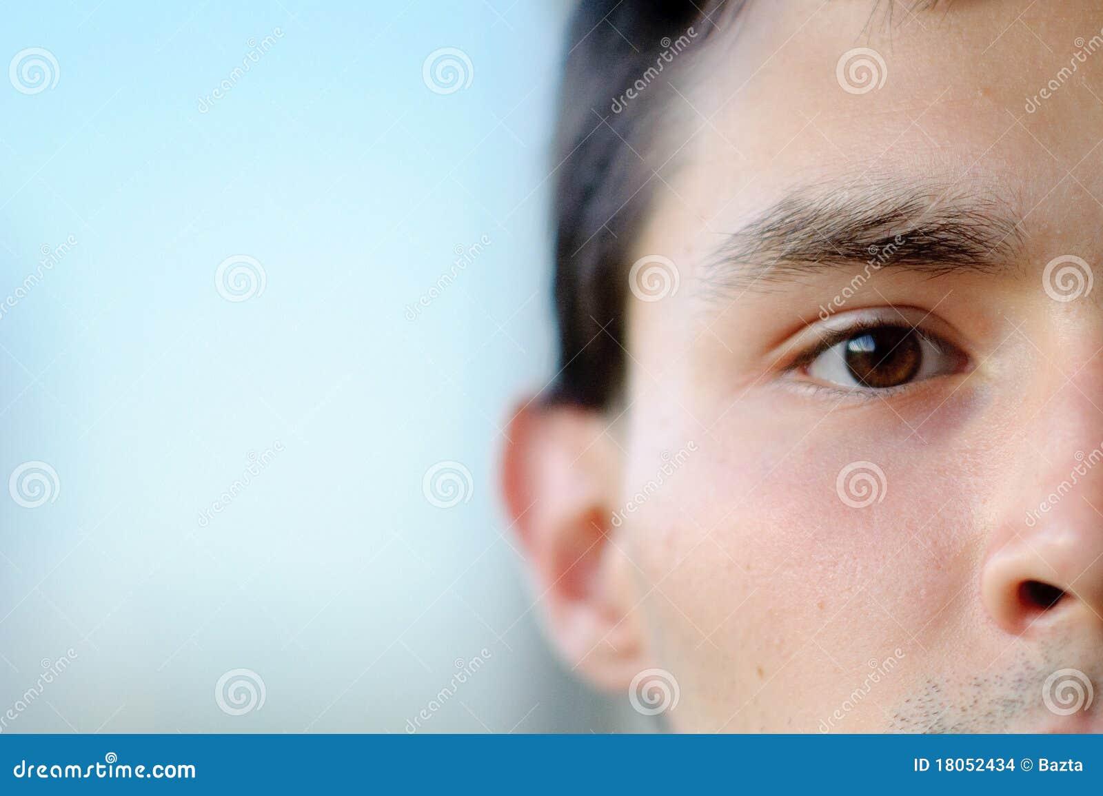 Un retrato del primer de la mitad-cara de un muchacho