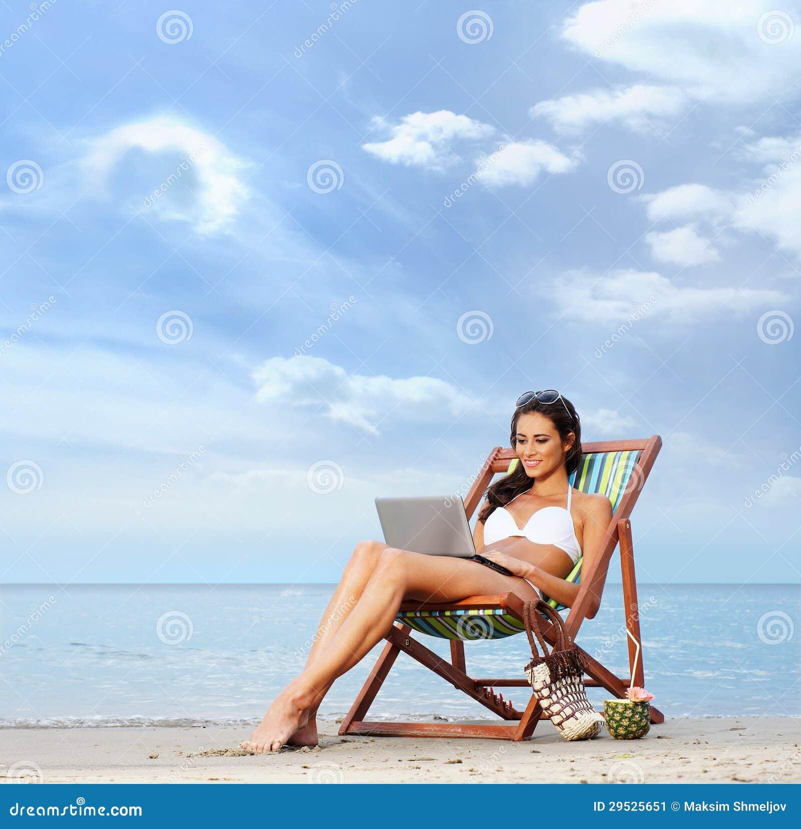 Un rilassamento castana di misura e dei giovani su una spiaggia bella