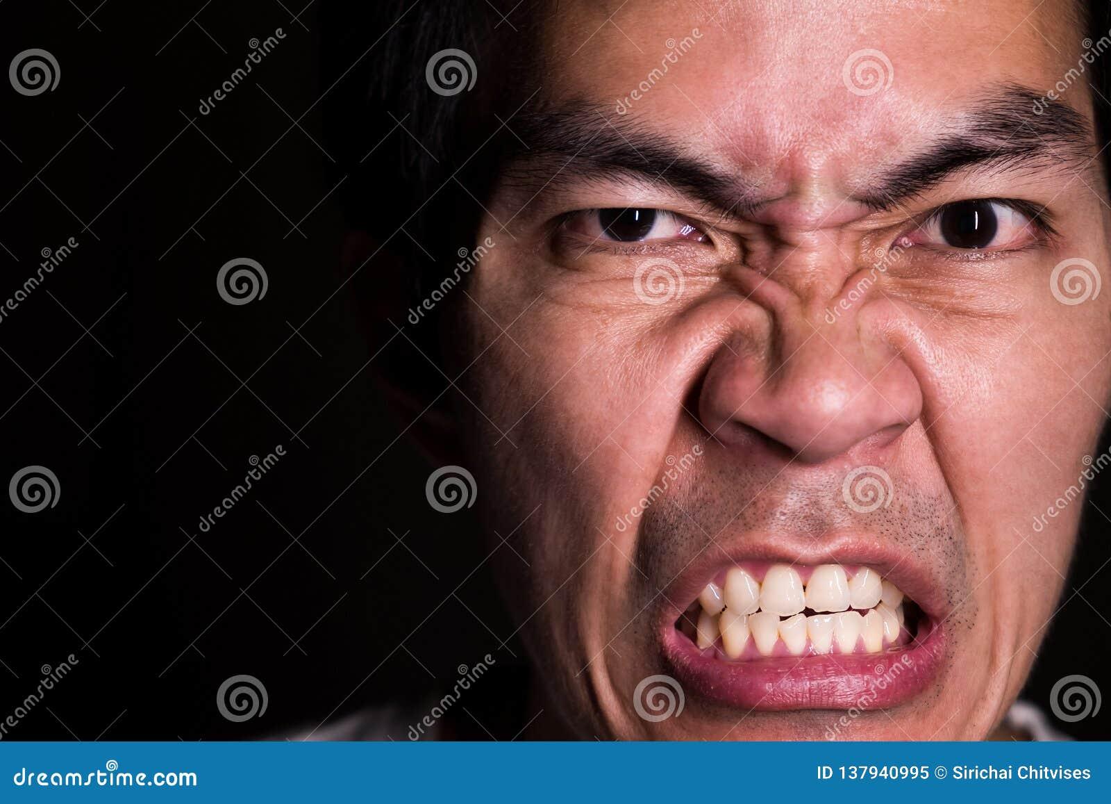Un ritratto dell uomo facente impazzire perché non ottiene che cosa vuole L emozione arrabbiata è rappresenta l emozione seria, t