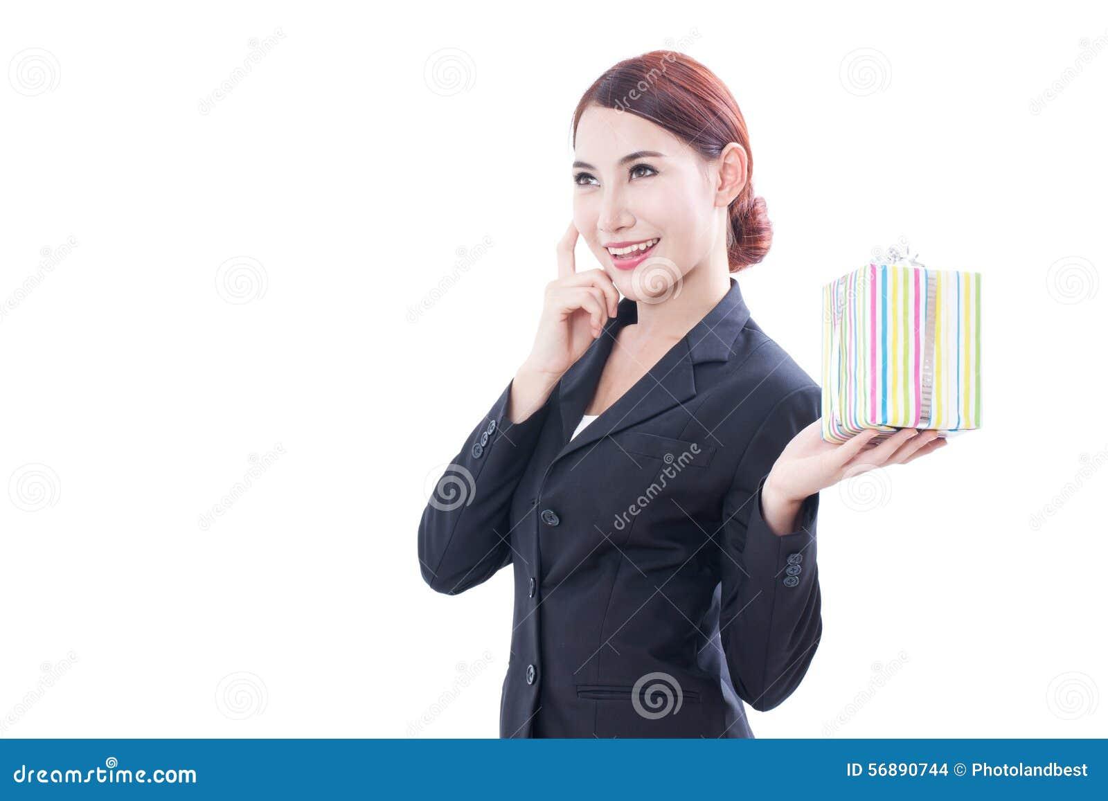Un ritratto di bella donna di affari con il contenitore di regalo