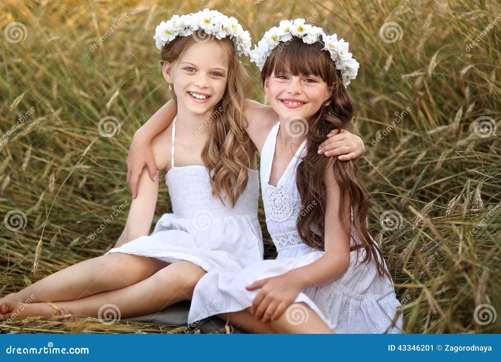 Un ritratto di due amiche immagine stock immagine di for Disegni di due migliori amiche