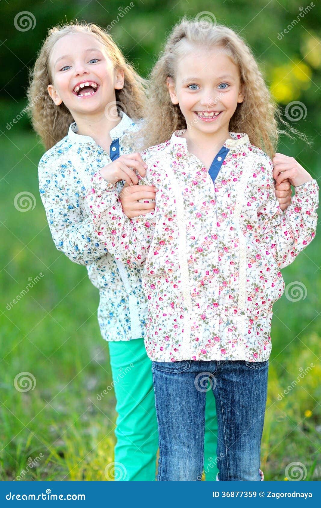 Download Un ritratto di due bambine immagine stock. Immagine di emozioni - 36877359