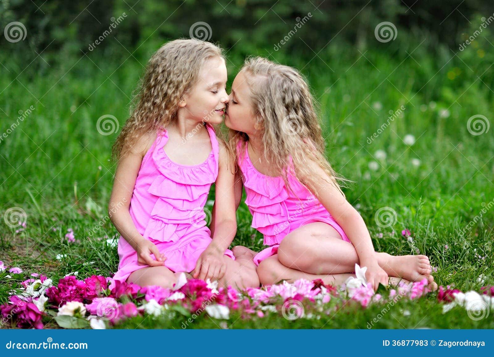 Download Un ritratto di due bambine immagine stock. Immagine di giardino - 36877983