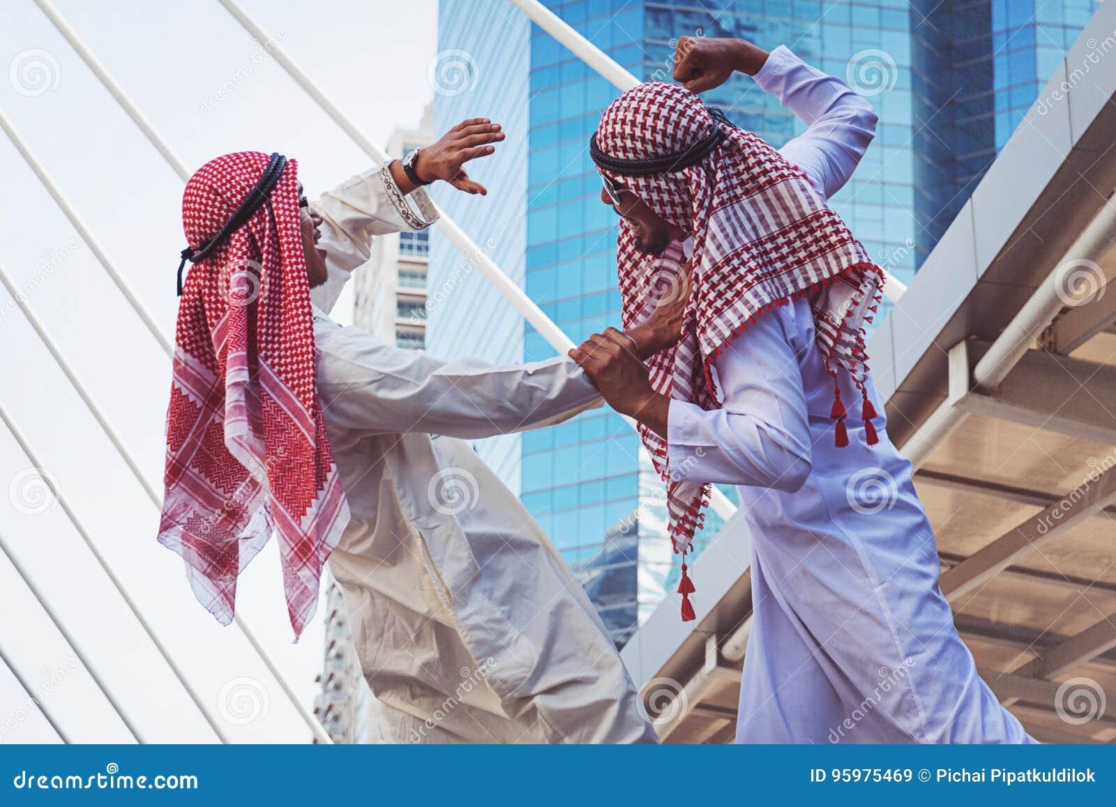 Un ritratto di due tipi arabi che combattono, comportamento aggressivo del primo piano,