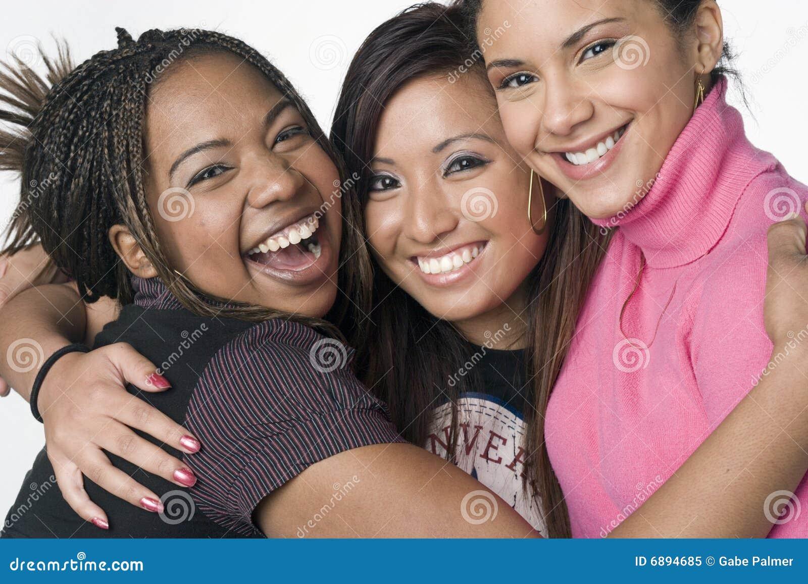 Un ritratto di tre ragazze adolescenti della corsa mixed
