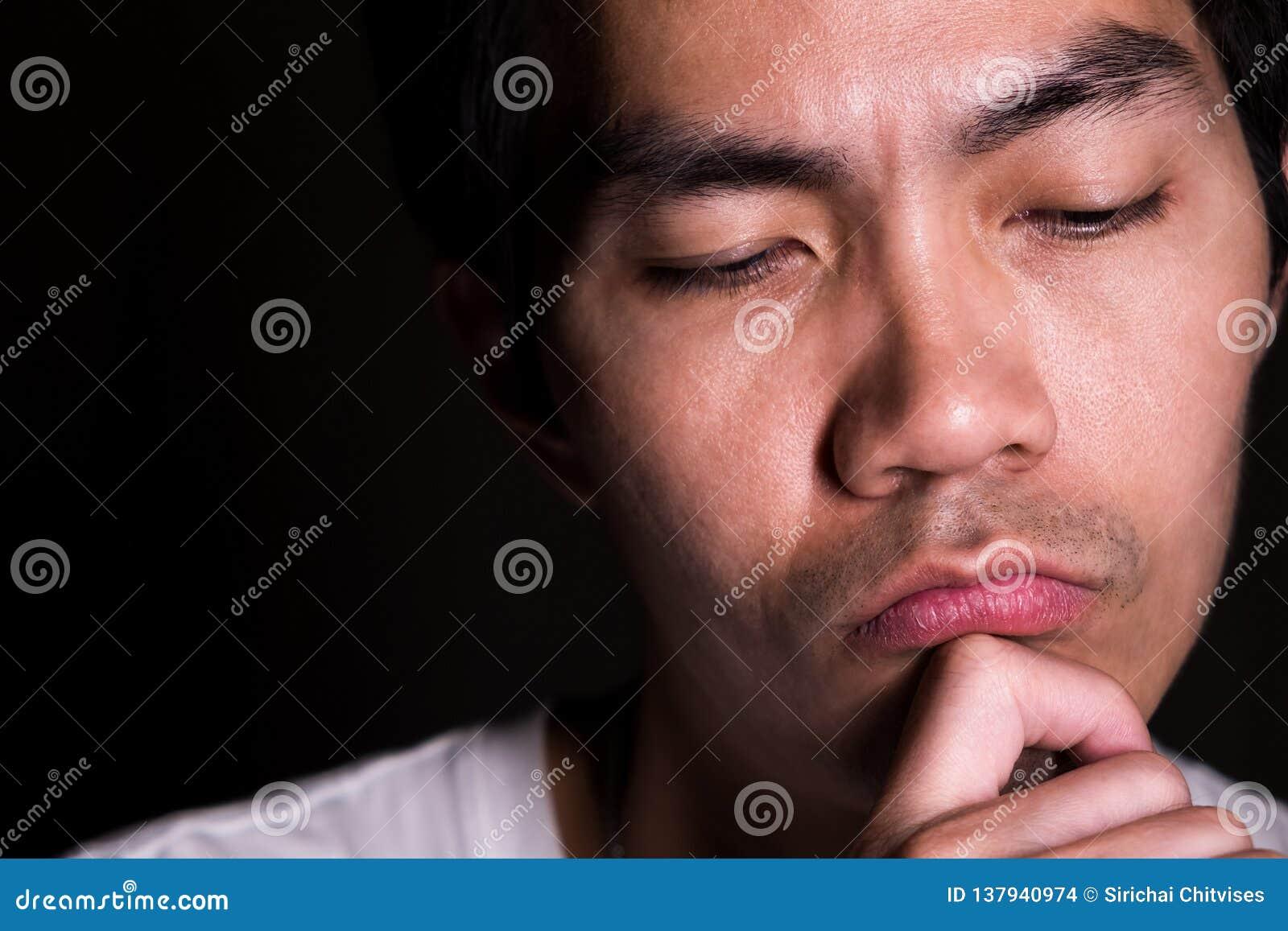 Un ritratto di un uomo sta pensando al suo lavoro Pensando rappresenti di intelligenza, di competenza e di astuto La sua età ha 3